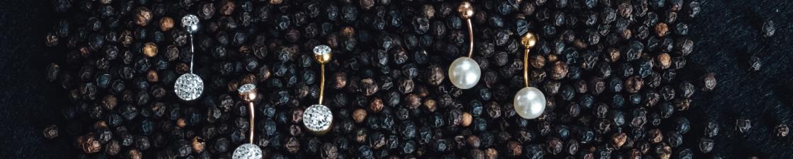 schwarze Pfefferkörner Bauchnabelpiercing mit Glitzerund Perlen