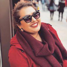 Frau mit roter Kleidung und Piercingring im Nasenseptum
